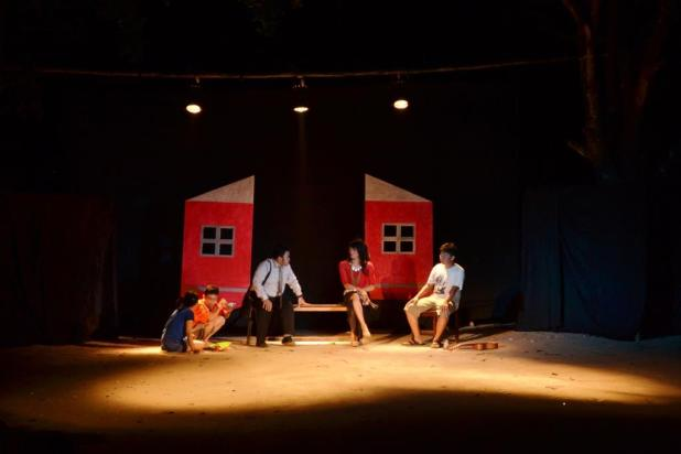 Adegan teater Merah Bukan Abu-abu pada Pentas Parkiran BSDK 2015, Sabtu (22/5). [Ash]