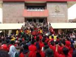 Aksi yang dilakukan mahasiswa dari berbagai kampus pada peringatan Hardiknas 2 Mei 2016 di Gedung DPRD Silsel. Asrul Ashary