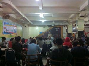 Suasana Bazar dan Dialog Publik yang diadakan oleh LPMH-UH bekerjasama dengan Aliansi Mahasiswa Antikorupsi Makassar di Warkop 212, Jalan Boulevard, Makassar, Kamis (12/10). (Mef)