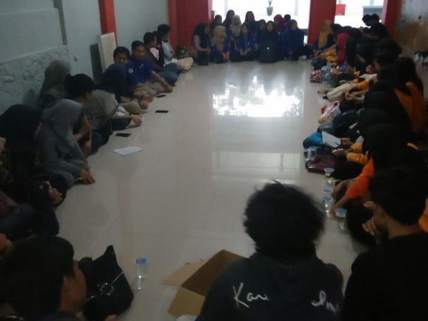 Suasana kunjungan redaksi LPM Psikogenesis di LPMH-UH bertempat di  Fakultas Hukum Unhas, Kamis (1/1). Dlp