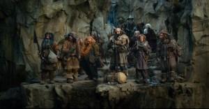 Bilbo, Gandalf y los Enanos en las montañas