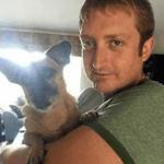 Despdido por decir en facebook que quería casarse con su perro