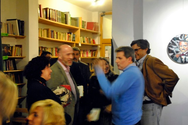 Charlando con los asistentes a la presentación del libro