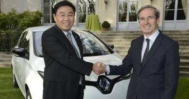 Renault entrega un ZOE a la Embajada de Francia