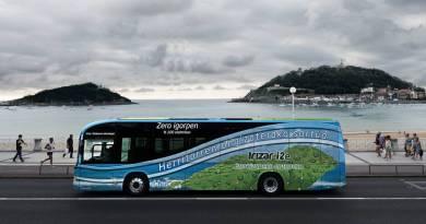 San Sebastián planea un trasporte público eléctrico. Irizar i2e Playa de San Sebastián, Donostia. Autobús eléctrico Vasco
