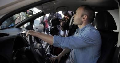Andrés Iniesta ficha por Nissan como Embajador de sus vehículos eléctricos. Andrés Iniesta, jugador del FC Barcelona y la Selección española. El coche eléctrico de Andres Iniesta. Famosos con coche electrico