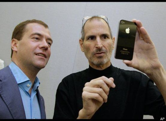 Dmitry-Medvedev-and-Steve-Jobs-hold-iPhone-4