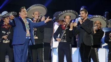 Juan Gabriel ayudó a muchos artistas con sus composiciones y recibió en vida muchos homenajes.