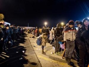 Refugiados y migrantes esperan un ferry para ir a Atenas desde el puerto de Mitilene, en Lesbos   Foto de Alessandro Penso/MSF/Greenpeace