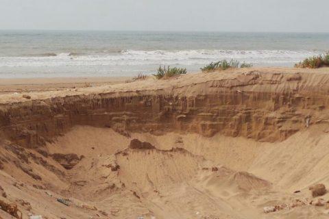 El Jadida : Le pillage du sable bat son plein à la plage Lalla Aicha Lbahrya