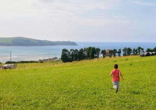 Fotos de viajes a Cantabria con niños, Teo corriendo