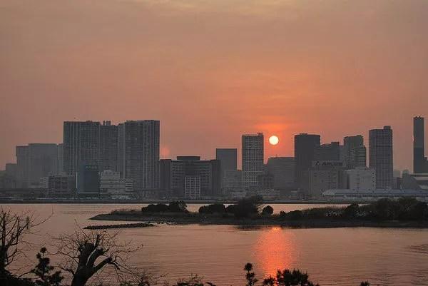 Puesta de sol en la bahía de Tokio
