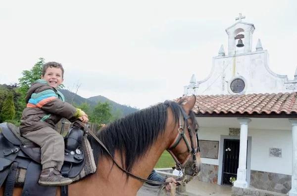 Teo a caballo en la Granja La Cuesta de Santa Marina
