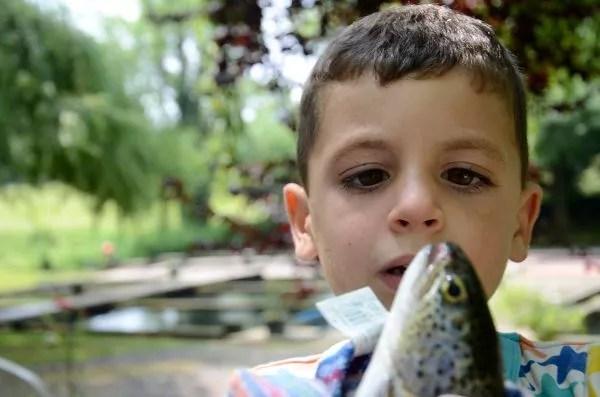 Teo pescando en Saro, Cantabria