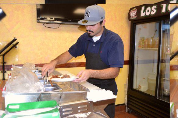 Carlos Gómez es el cocinero en el restaurante que tiene una salsa de cebolla morada, con limón chile habanero, pimienta y limón que simplemente le da el toque que original que hace a los clientes regresar. (Foto de Agustín Durán/El Pasajero).