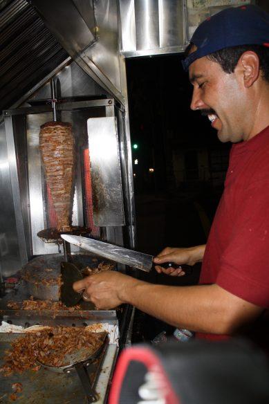 Enrique encargado de los tacos al pastor hace sentir a los clientes como de la familia. (Foto de Agustín Durán/El Pasajero).
