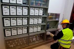 Un técnico instala los nuevos contadores inteligentes. FOTO: GNF.