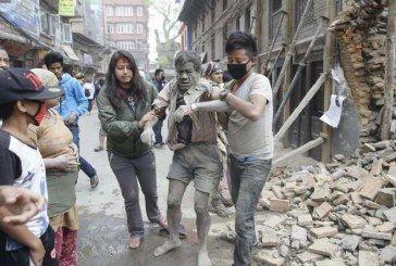 Terremoto de 7.9 grados sacude Nepal y deja más de mil heridos