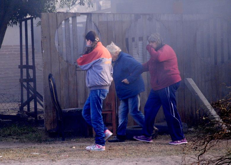 Vecinos huyen del humo