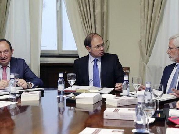 GRAF4304 MADRID, 24/10/2017.- El presidente del Senado, Pío García-Escudero (c), junto al vicepresidente, Pedro Sanz (i), y el vicepresidente segundo, Joan Lerma (3d),durante la reunión de la Mesa del Senado celebrada hoy. EFE/Ballesteros