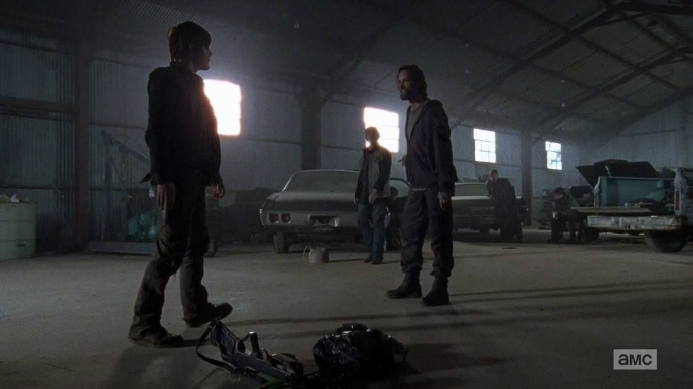 The Walking Dead 4x15 Us - Daryl se ve envuelto en una trifulca por la cabeza de un conejo