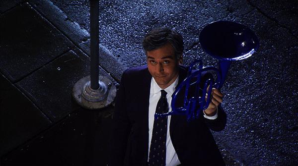 Crítica de How I Met Your Mother: Ted se vuelve a presentar en casa de Robin con la trompa azul