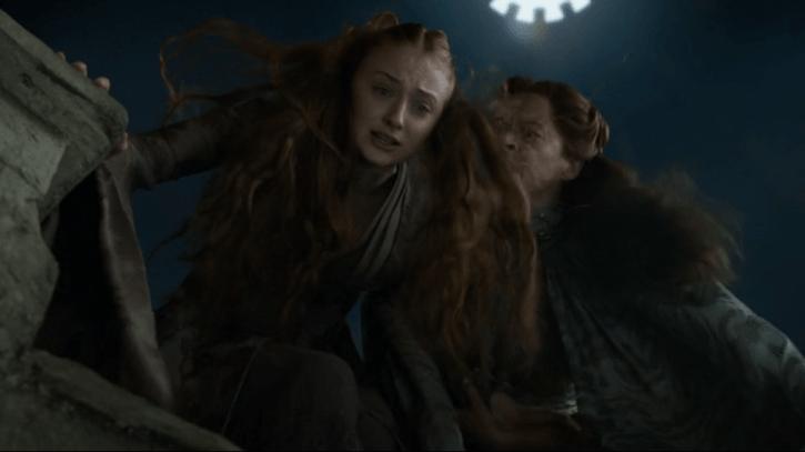 Juego de Tronos 4x07: Lysa amenaza a Sansa después que Baelish la besara, aunque será ella quien acabe cayendo por el Pozo de la Luna.