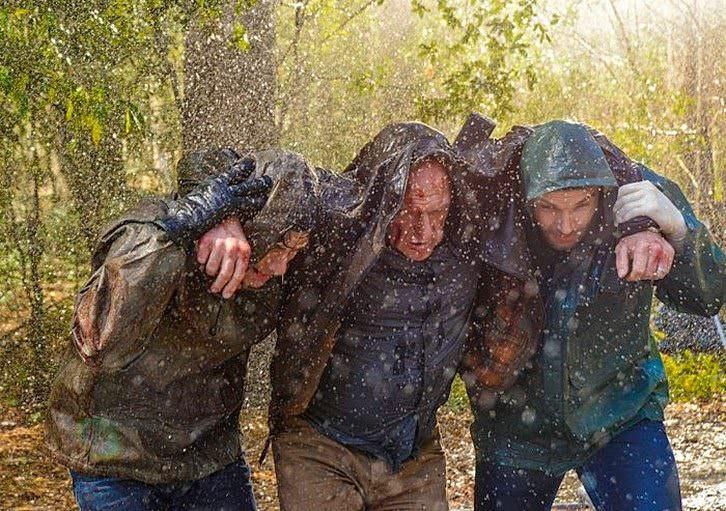 under the dome 2x03 - Sam y Barbie ayudando a Big Jim a resguardarse de la lluvia