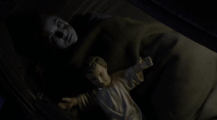 Pretty Little Liars 5x12 Mona ha sido la víctima de 'A'/Alison en esta finale por tener demasiada información.