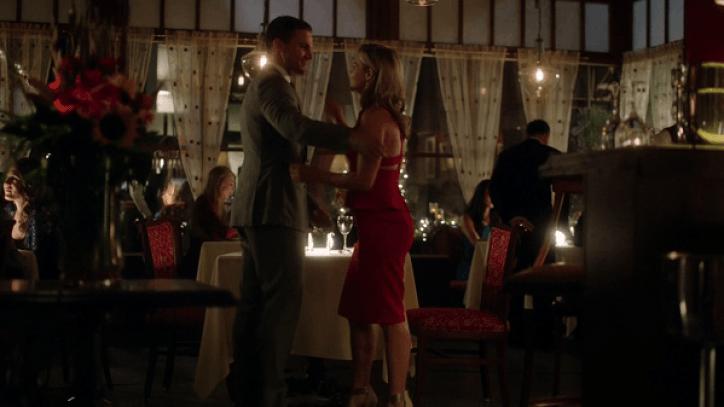 Arrow 3x01 Oliver y Felicity intentan empezar una relación, pero los enemigos de Arrow y sus problemas dinamitan cualquier intento de que salga bien.