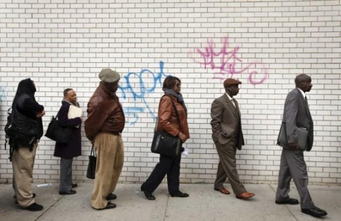 Desempleados hacen fila para asistir a la feria de empleos 'Dr. Martin Luther King Jr' realizada por el Departamento del Trabajo en Nueva York, este 12 de abril de 2012. REUTERS/Lucas Jackson