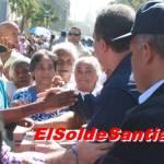 Presidente Fernández entrega cajas de navidad en Barrios de Santiago