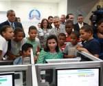 La vicepresidenta muestra las ofertas digitales del nuevo Compumentro