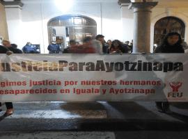 Estudiantes del Centro Universitario del Sur, se unene a la marcha por Ayotzinapa.