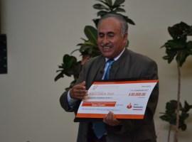 """Son """"Cántale a mi Jalisco"""" recibe premio de manos de Rubén Fuentes"""