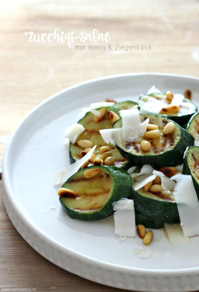 {Rezept} Warmer Zucchinisalat mit Honig, Ziegenkäse und Pinienkernen