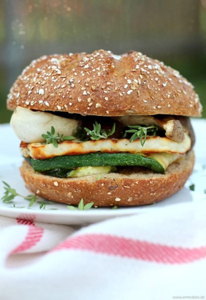 {Rezept} Vegetarischer Halloumi-Burger mit Zucchini, Pilzen und Zwiebelchutney