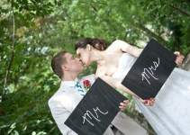 05-detroit_zoo_wedding_mr_mrs_signs