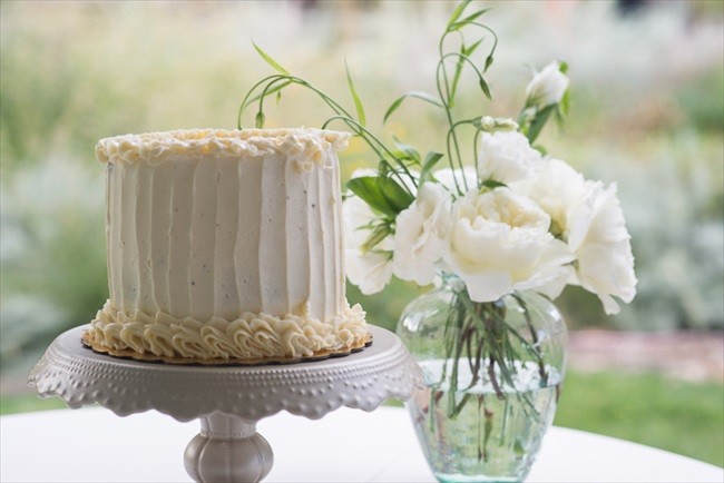Simple one-tier buttercream wedding cake -- just perfect! | Photo: Searching for the Light Photography LLC | via http://emmalinebride.com/real-weddings/colorado-chic-wedding-kendall-brian/