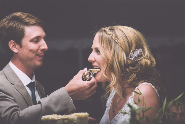 Bride and groom eating cake | Photo: Searching for the Light Photography LLC | via http://emmalinebride.com/real-weddings/colorado-chic-wedding-kendall-brian/