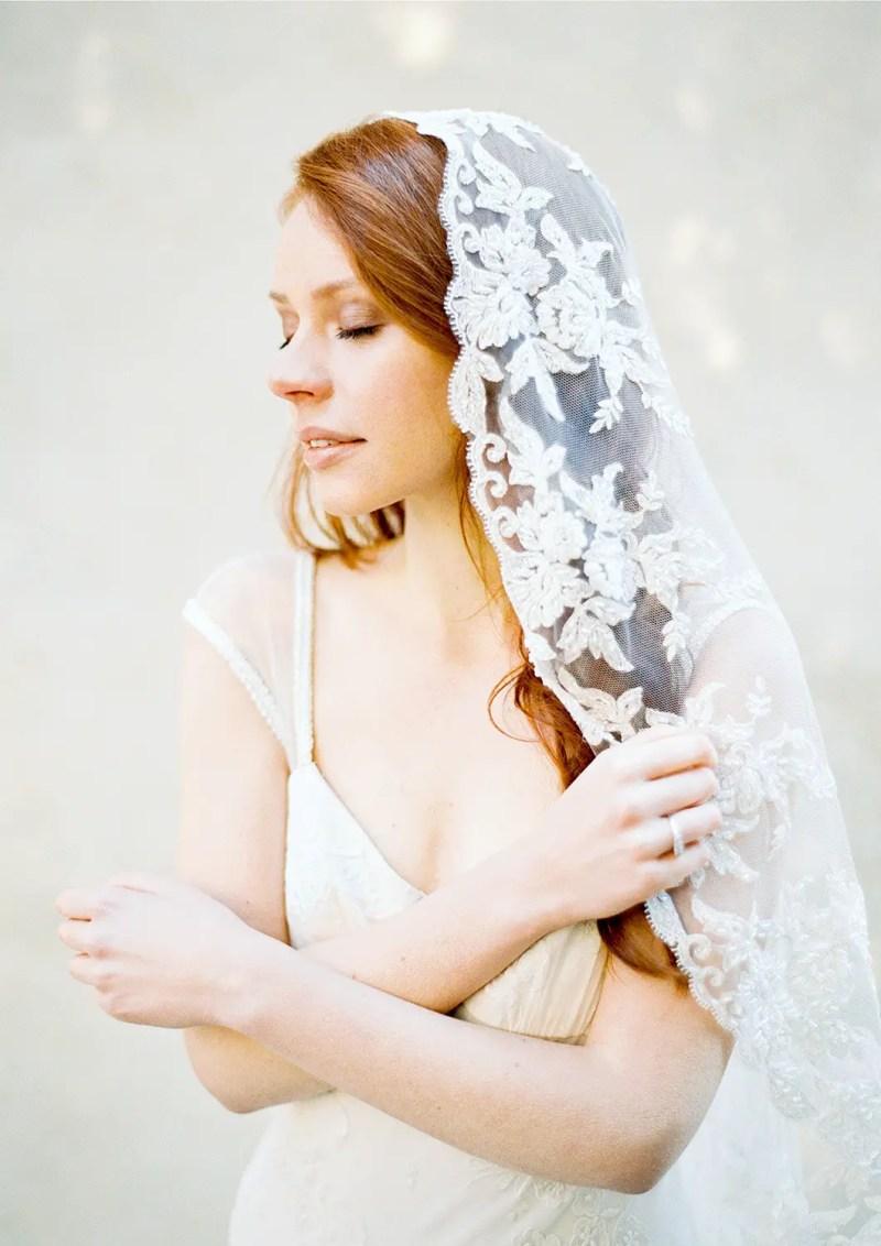 floral lace wedding veil | http://emmalinebride.com/vintage/floral-lace-wedding/