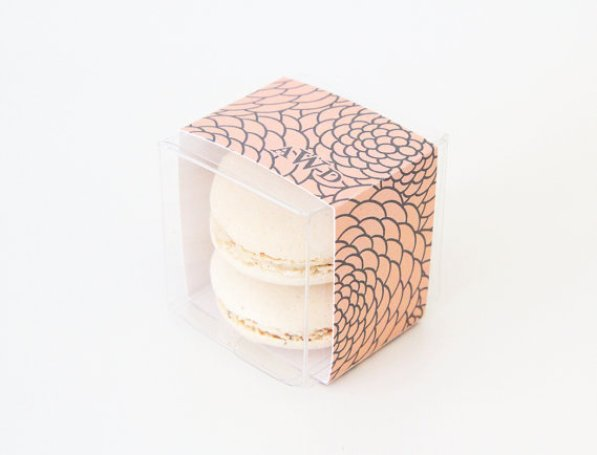 floral monogram wrap - clear macaron favor boxes | via http://emmalinebride.com/favors/giving-macaron-favors/