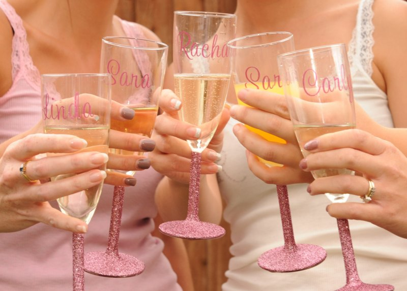 glitter champagne glasses via personalized glassware gifts | http://emmalinebride.com/bridesmaids/personalized-glassware-gifts/