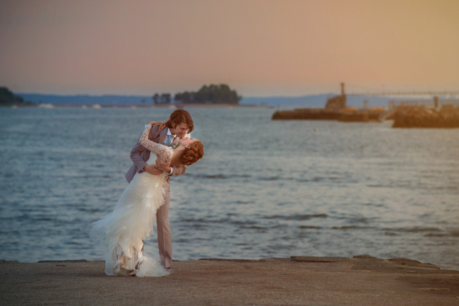 groom dips bride in Greenwich Harbor at Connecticut wedding - photo: Melani Lust Photography | via http://emmalinebride.com