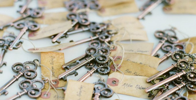 skeleton key escort card favors | http://emmalinebride.com/favors/skeleton-key-escort-card-favors/