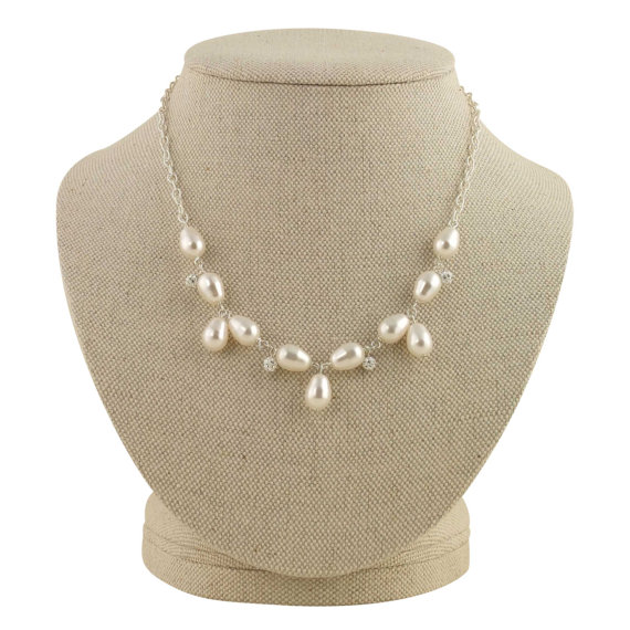 vintage inspired pearl necklace | pearl necklaces brides http://emmalinebride.com/bride/pearl-necklaces-brides/