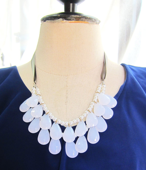 white statement necklace (via How to Wear a Bib Necklace)