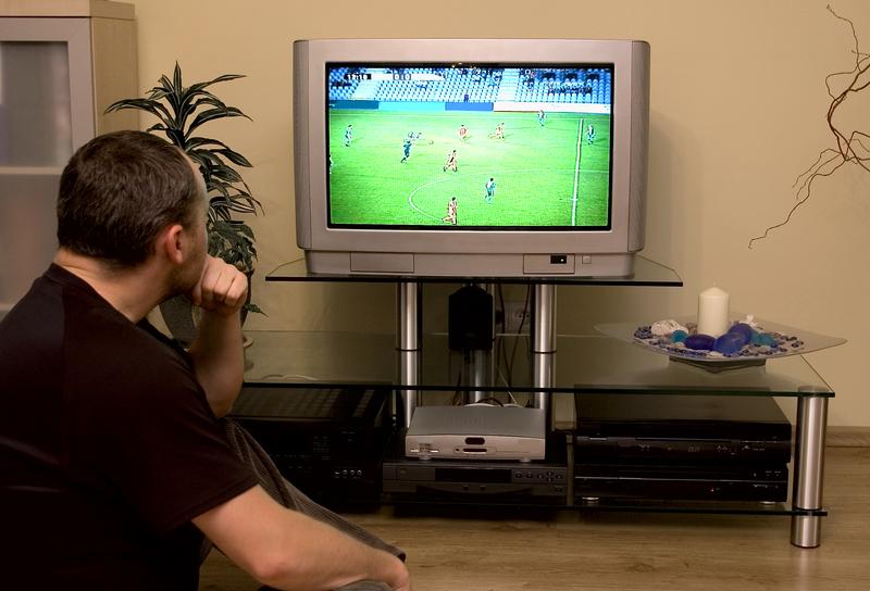 Padre de familia ve el fútbol juegue quien juegue