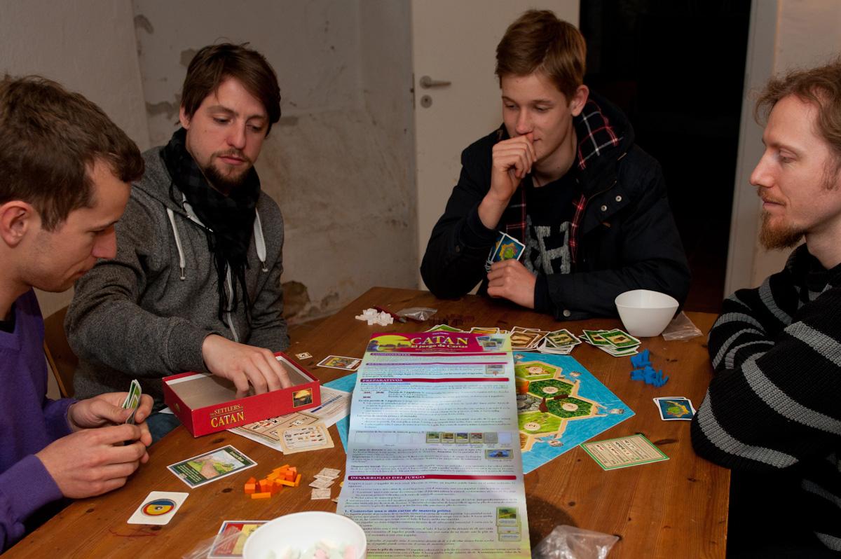 Grupo de amigos queda para leer las instrucciones del Catán