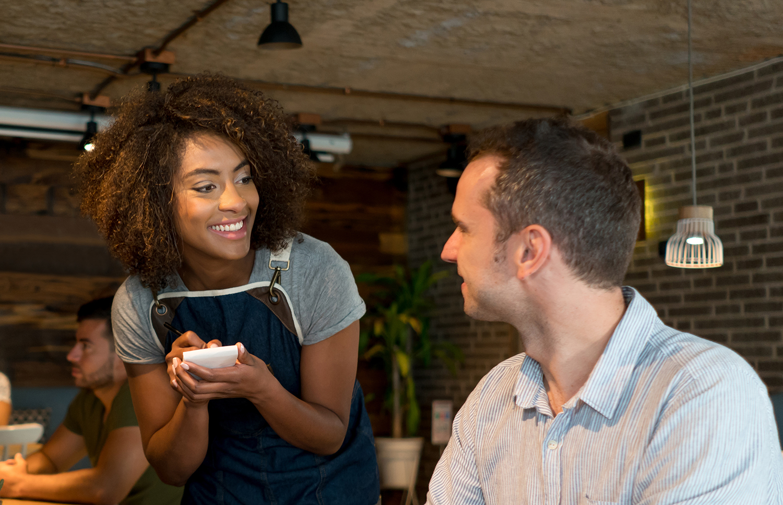 Un cliente sin compasión deja a la camarera recitar la carta de postres pese a que ya ha decidido que sólo tomará un café